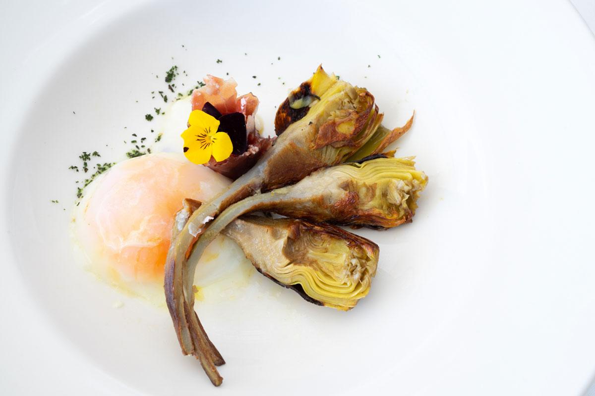 Alcachofas-naturales-con-huevo-trufado-y-jamóniberico